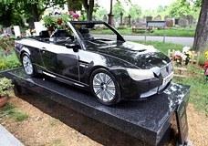 На могиле британского автомеханика установили гранитный памятник в виде его любимой BMW