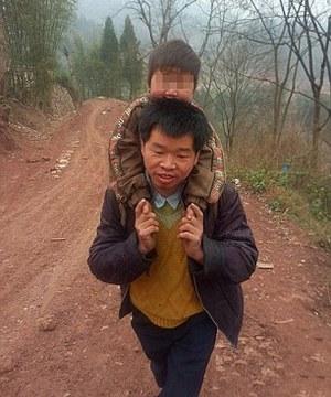 Отец каждый день носит сына на спине в